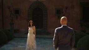 O homem olha a mulher lindo apreciar raios do sol da manhã video estoque