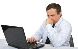 O homem olha o monitor do portátil Foto de Stock