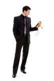 O homem olha o testemunho de um multímetro. Foto de Stock Royalty Free