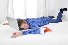 O homem ou o estudante de negócio sobrecarregaram adormecido com computador Imagens de Stock Royalty Free