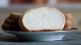 O homem põe o pão sobre uma placa filme