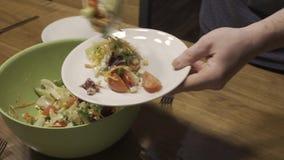 O homem põe a salada na placa video estoque