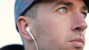 O homem põe sobre o fone de ouvido video estoque