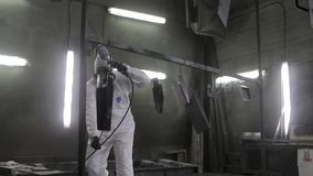 O homem põe sobre a máscara antes da pintura filme