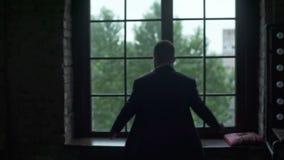 O homem põe sobre um revestimento na janela vídeos de arquivo
