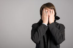 O homem põr sua face das mãos Imagem de Stock