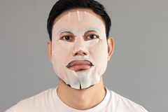 O homem pôs sobre a máscara do tratamento Foto de Stock