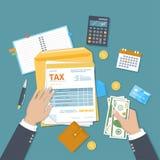 O homem paga o imposto Tributação do governo estadual Mãos humanas, formulário de imposto, envelope, dinheiro Pague as contas, fa ilustração stock
