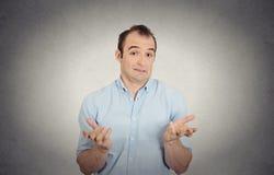 O homem parecendo jovem engraçado à nora arma para fora perguntar o que mim fazem agora Foto de Stock