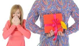 O homem passa um presente Fotografia de Stock Royalty Free