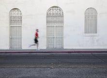 O homem passeado rápido funciona abaixo da rua da cidade. Imagens de Stock Royalty Free