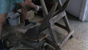 O homem pegara partes de madeira vídeos de arquivo