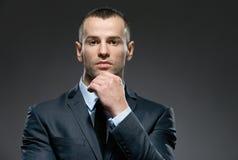 O homem pensativo sustenta a cabeça com a mão Imagens de Stock Royalty Free