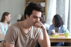 O homem pensativo virado que senta-se apenas, baixo amor-próprio, não tem nenhum amigo fotos de stock