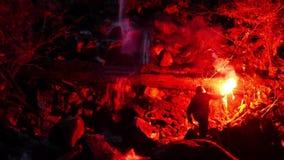 O homem perdido com alargamento passa a cachoeira na noite vídeos de arquivo
