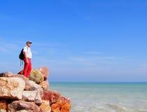 O homem perto do mar de Mediterranian Imagem de Stock
