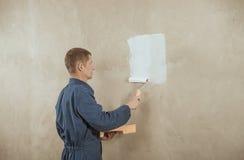 O homem pinta a parede Imagem de Stock Royalty Free