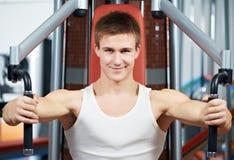 O homem positivo na caixa exercita a máquina Foto de Stock