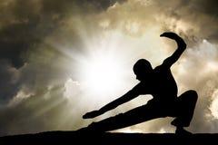 O homem pratica o fundo das artes marciais Imagens de Stock Royalty Free