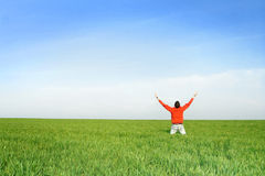 O homem pray no meadown fotografia de stock