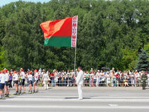 O homem prende a bandeira nacional de Belarus Imagens de Stock Royalty Free