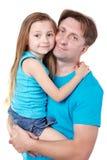 O homem prende a filha nas mãos imagem de stock