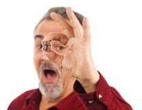O homem prende moedas com mão, boca aberta. Foto de Stock Royalty Free