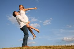 O homem prende a mulher nas mãos   Fotografia de Stock