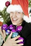 O homem prende um armful de brinquedos da pele-árvore Foto de Stock Royalty Free