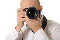 O homem prende uma câmera fotografia de stock