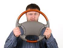 O homem prende uma roda nas mãos Fotografia de Stock