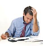 O homem preocupou-se sobre contas e bancarrota Imagens de Stock Royalty Free