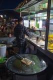 O homem prepara Martabak Telur na noite nas ruas de Kuta, Lombok Indonésia, em março de 2017 - vertical fotografia de stock royalty free