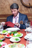 O homem prepara-se para comer Fotografia de Stock