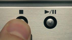 O homem pressiona o botão do jogo e o botão de parada video estoque