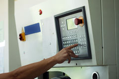 O homem pressiona o botão no painel de controle eletrônico Fotos de Stock Royalty Free