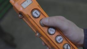 O homem pressiona os botões no galo de controle remoto, close-up vídeos de arquivo