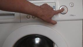 O homem pressiona a tecla 'Iniciar Cópias' do lavagem video estoque
