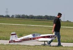 O homem puxa Airplane modelo Imagem de Stock