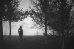 O homem que anda na floresta Fotografia de Stock