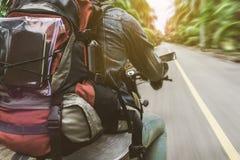 O homem que que conduz a motocicleta na estrada para o curso Fotografia de Stock