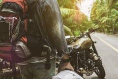 O homem que que conduz a motocicleta na estrada para o curso Foto de Stock