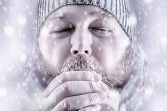 O homem que congela-se no branco da tempestade da neve para fora fecha-se acima Imagens de Stock Royalty Free