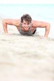 O homem que do esporte o treinamento empurra levanta Imagem de Stock Royalty Free