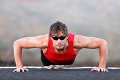 O homem que do exercício o treinamento empurra levanta Fotos de Stock Royalty Free