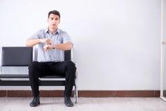 O homem que espera nervosamente impacientemente na entrada imagens de stock royalty free