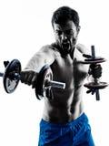 O homem que exercita a aptidão torna mais pesados exercícios Imagens de Stock