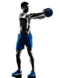 O homem que exercita a aptidão torna mais pesados exercícios Fotografia de Stock