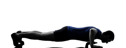 O homem que exercita o exercício empurra levanta Foto de Stock Royalty Free