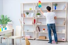 O homem que faz a limpeza em casa fotografia de stock royalty free